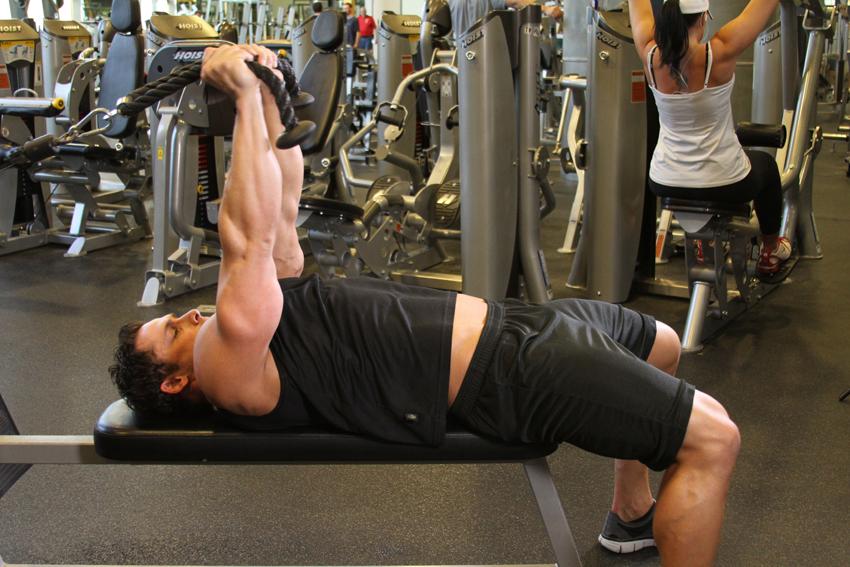 Chico haciendo el ejercicio de Falsas extensiones de tríceps