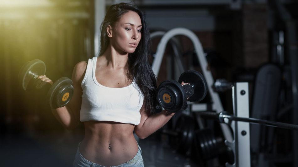 Chica haciendo pesas