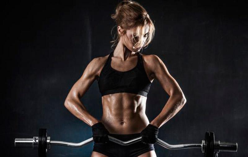 entrenamiento para chica-pesas