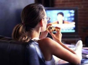 Ver la tele mientras come