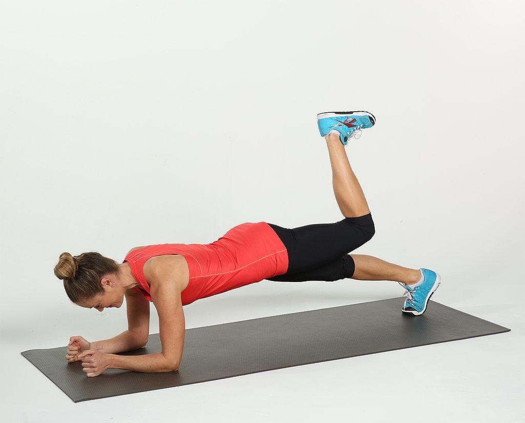 Mujer haciendo una versión de nivel alto de las abdominales en plancha elevando el pie