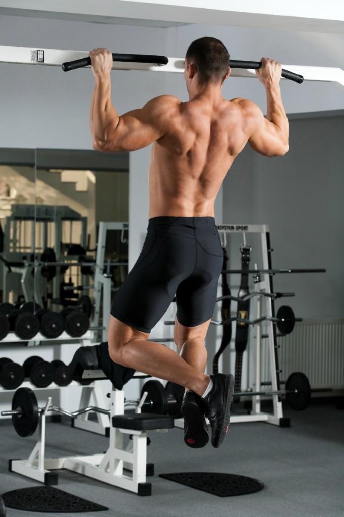 Hombre haciendo un ejercicio compuesto: dominadas