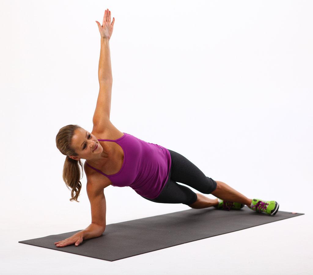 Mujer hace ejercicio de resistencia de tabla lateral