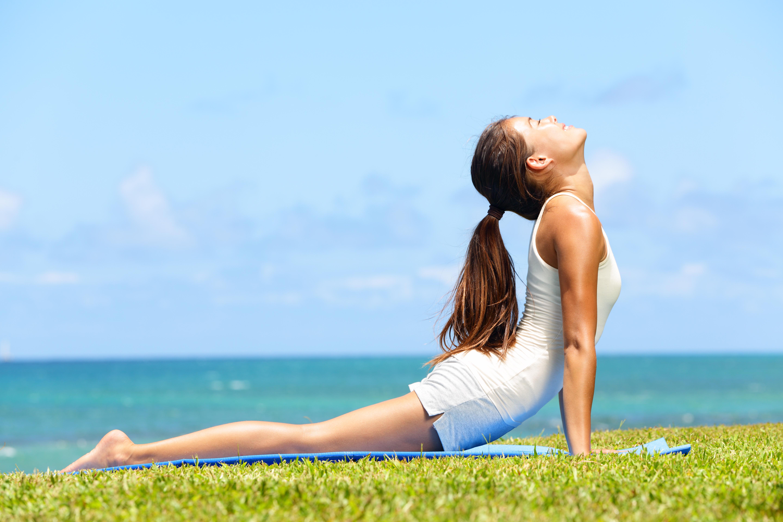 Chica haciendo yoga para aliviar dolor lumbar