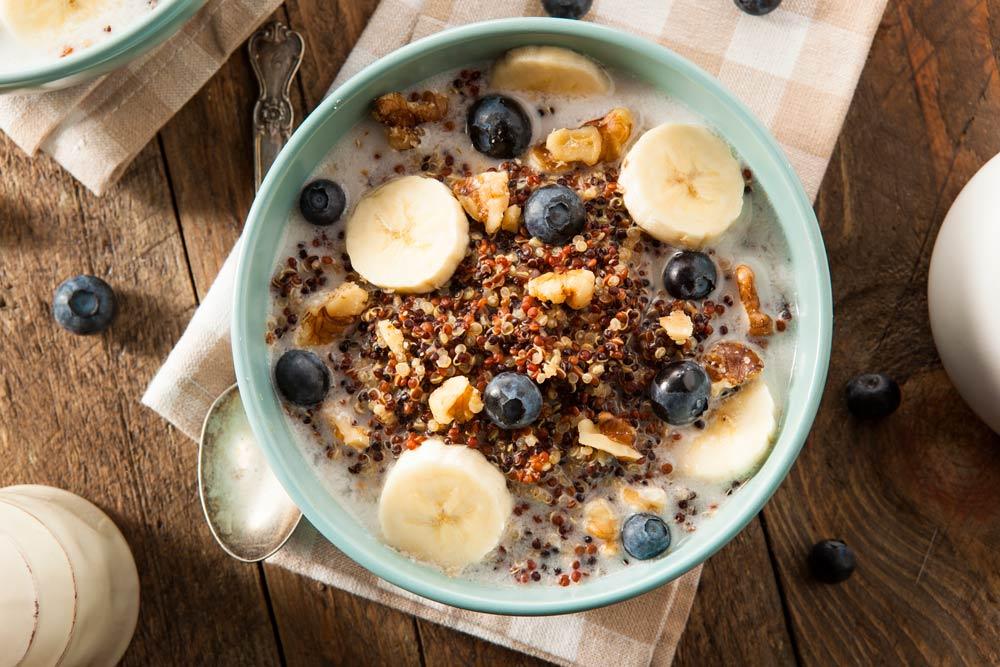 Bol de quinoa y frutas para desayunar