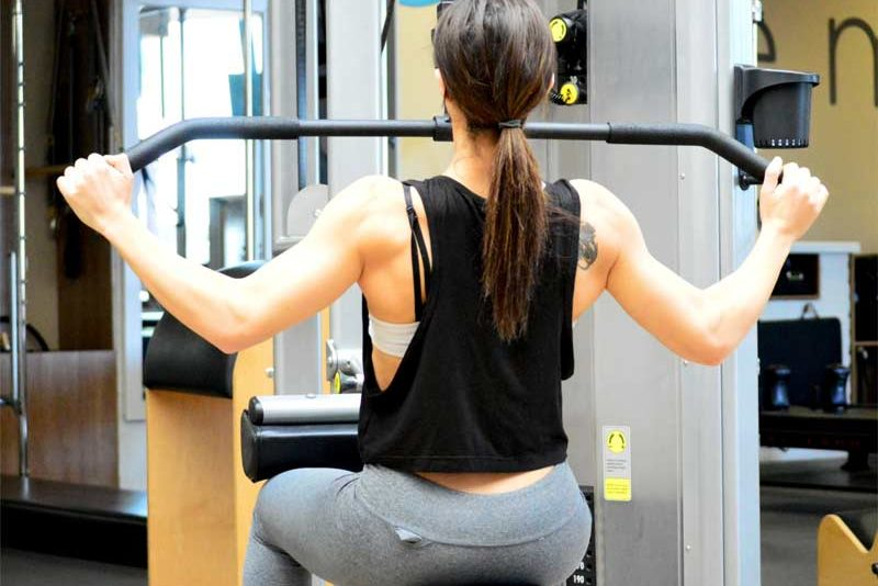 como-empezar-en-el-gimnasio-chica-espalda