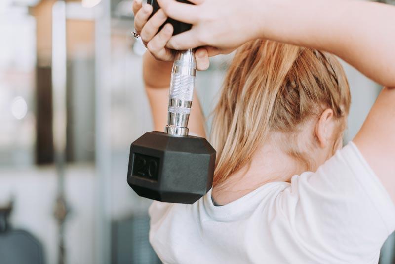 como-empezar-en-el-gimnasio-chica-triceps