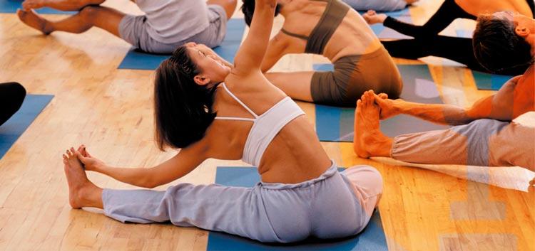 chica haciendo estiramientos en el gym