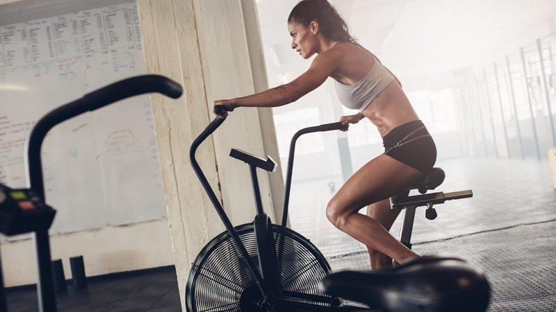cropped entrenamientos con assault bike