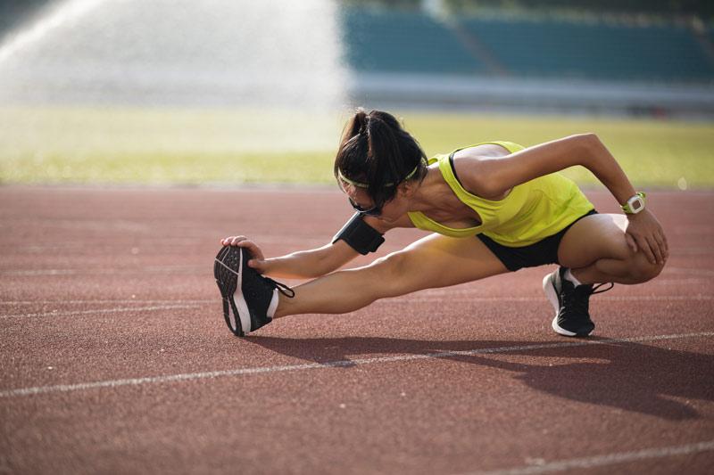 deporte en verano chica estirando