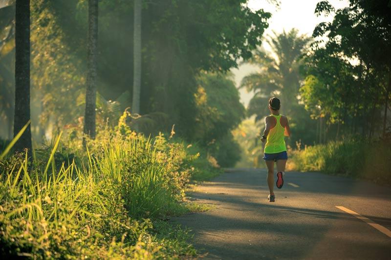 deporte en verano chica corriendo parque
