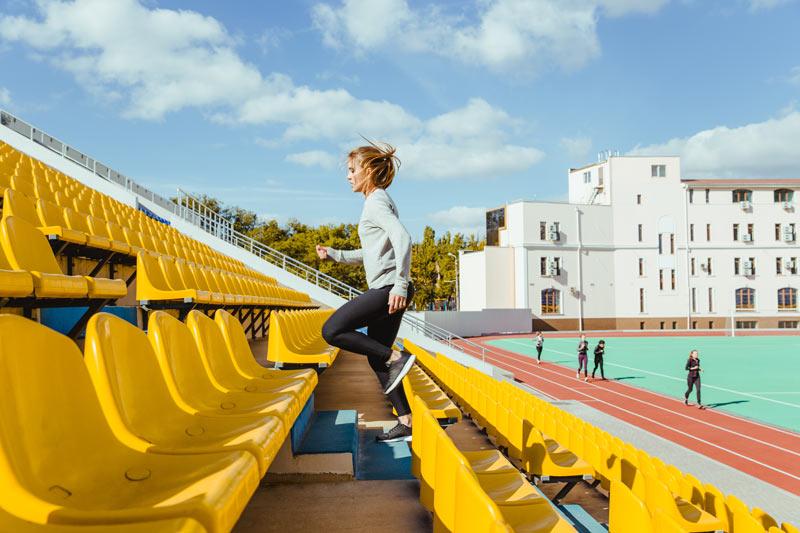 deporte en verano chica subiendo escaleras corriendo