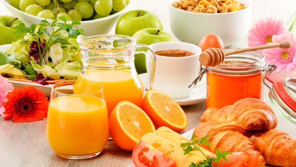 Desayunar un croissant y un zumo de naranja con miel