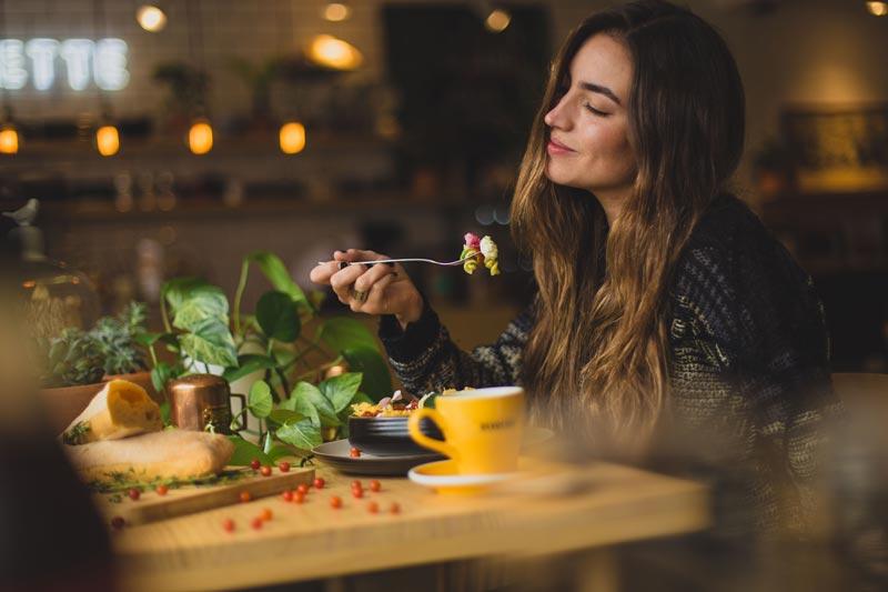 dieta-depurativa-desintoxicante-chica-comiendo