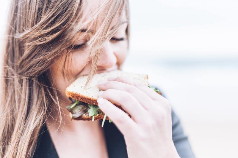 dieta-hipocalorica-fitness-chica-comiendo