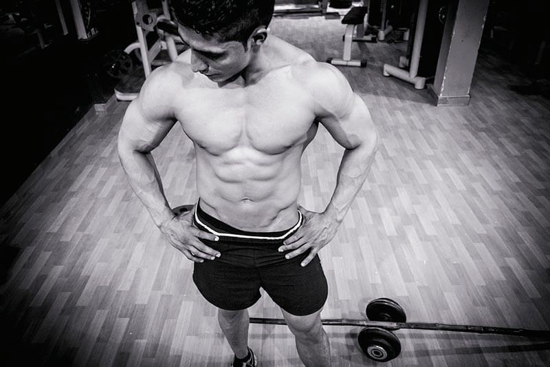 ejercicios-abdominales-hipopresivos-chico-abdominales-gimnasio