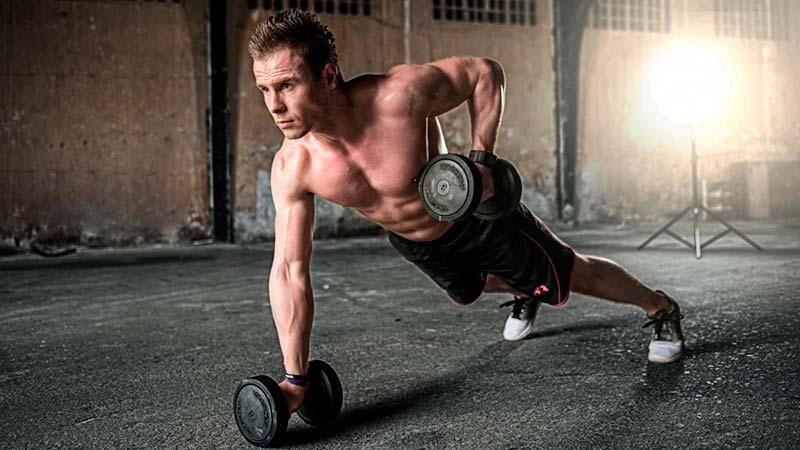 ejercicios-abdominales-hipopresivos-hombre-gimnasio-pesas