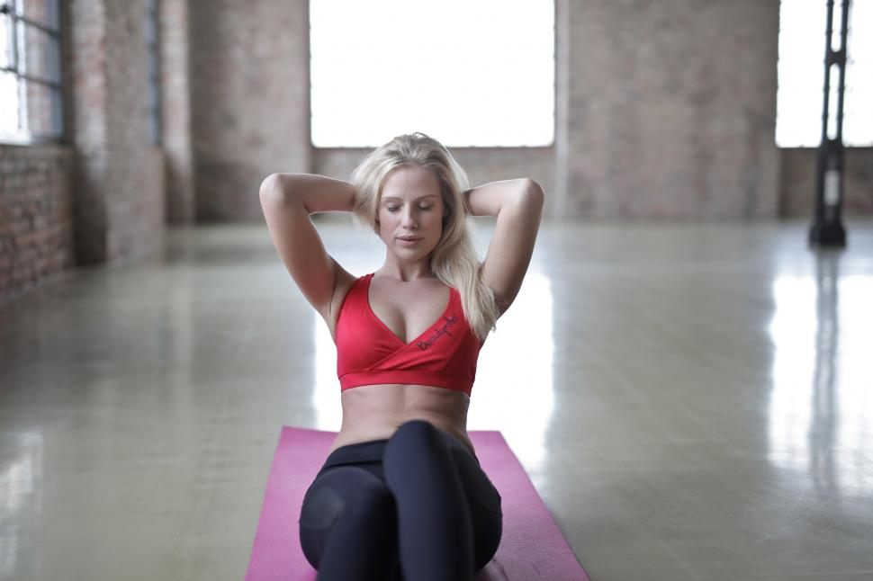 ejercicios-abdominales-hipopresivos-mujer-haciendo abdominales