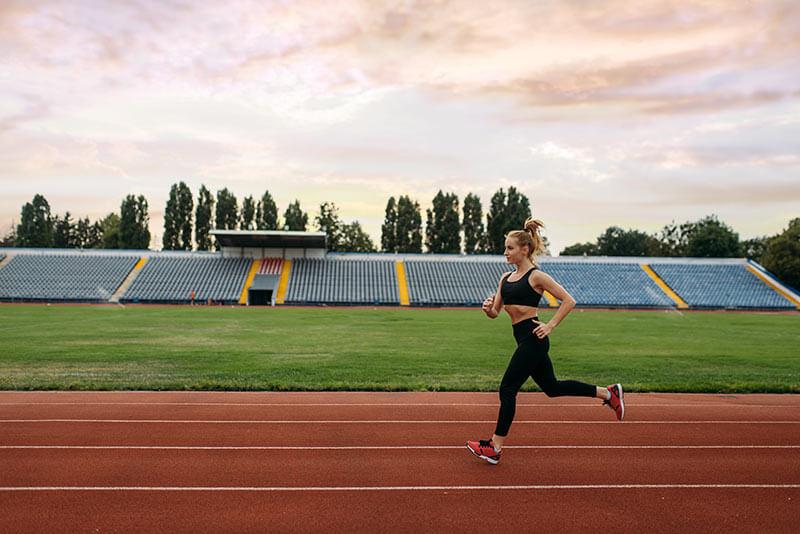 mujer-corriendo-por-la-mañana