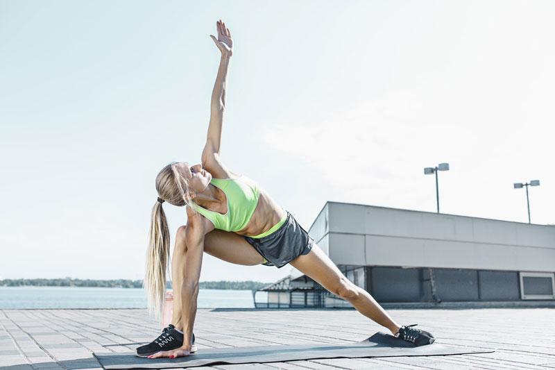 ejercicios-adelgazar-muslos-zancada-lateral