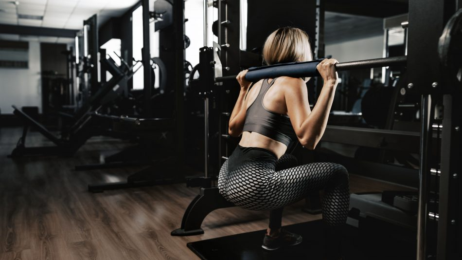 fitness woman in sport outfit exercising in gym U5MSEZ7 1