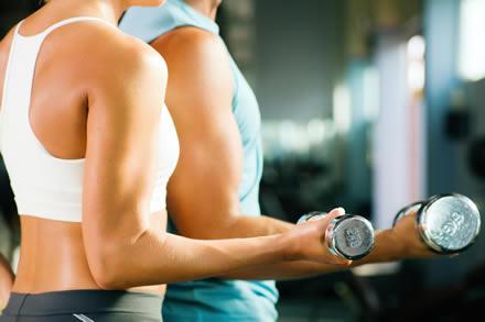 entrenamiento-pareja-pesas
