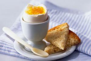 huevo cocido con pan tostada integral