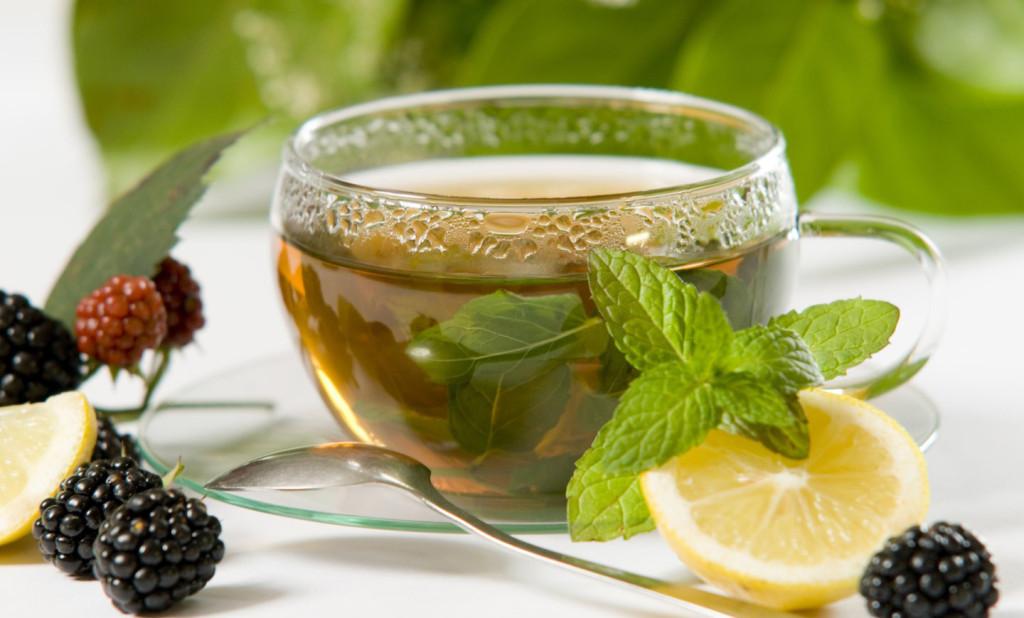 Taza de té verde con limón como bebida purificante