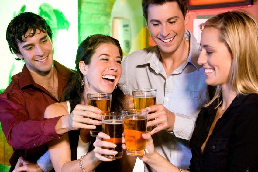 Personas bebiendo alcohol antes de ier a la cama