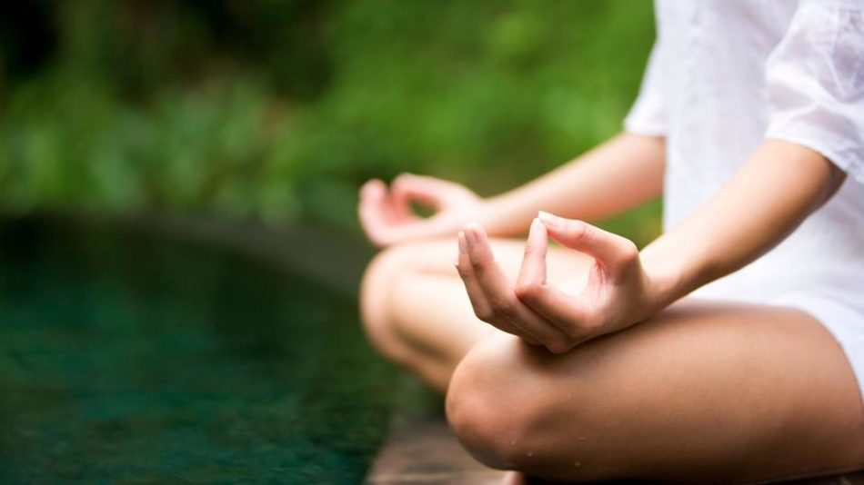 chica-haciendo-yoga