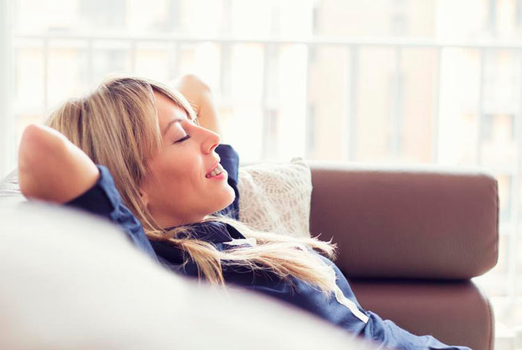 chica descansando en el sofa