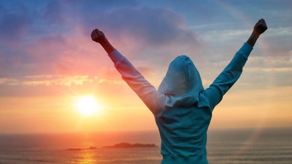 persona-levanta-los-brazos-por-haber-conseguido-su-objetivo