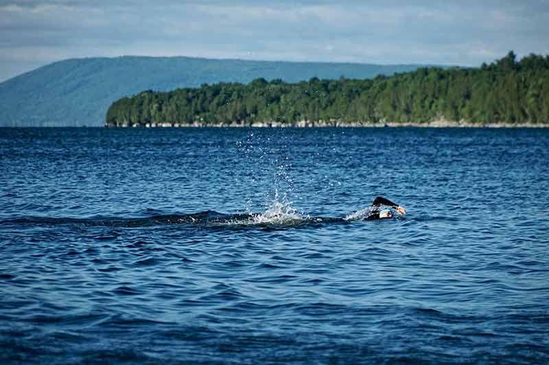 john-mcavoy-nadando