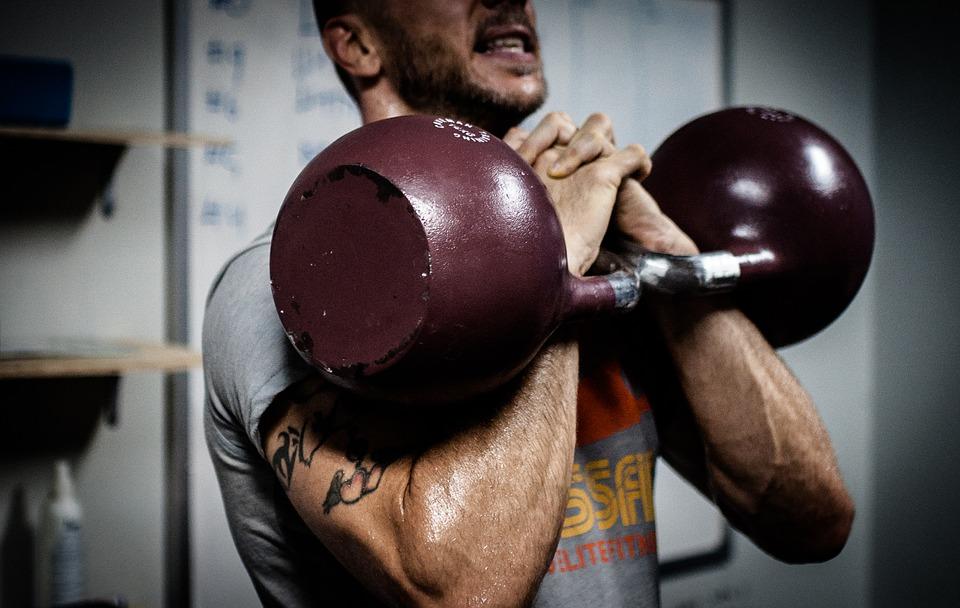 pesas-ganar músculo-kettlebell-gimnasio