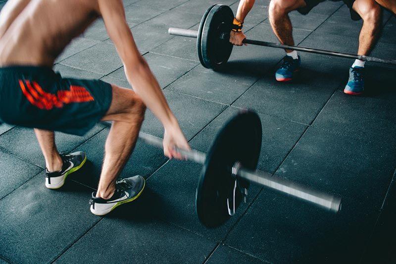 lesiones-de-hombro-levantamiento-de-peso-manera-correcta
