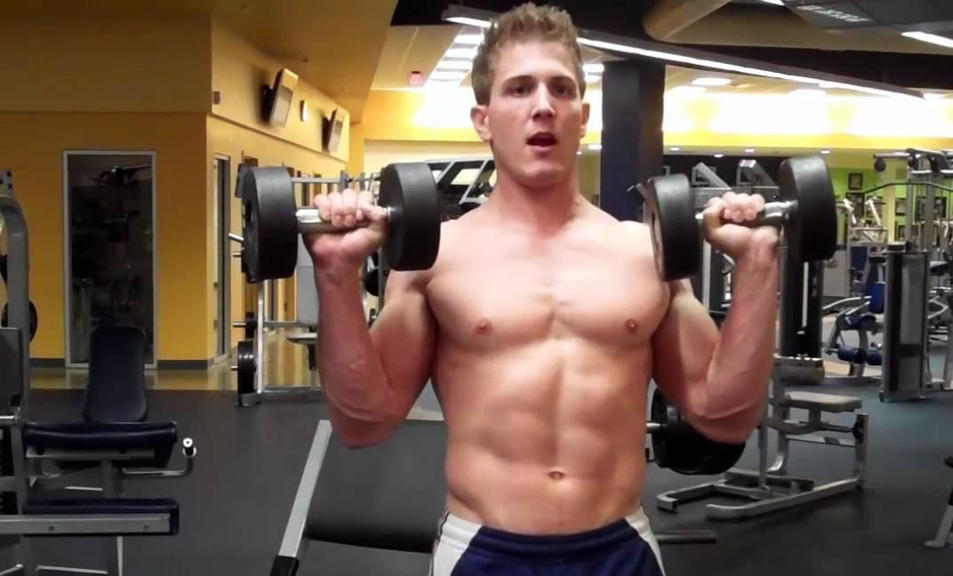 Hombre realizando Curl Zottman en un gimnasio.