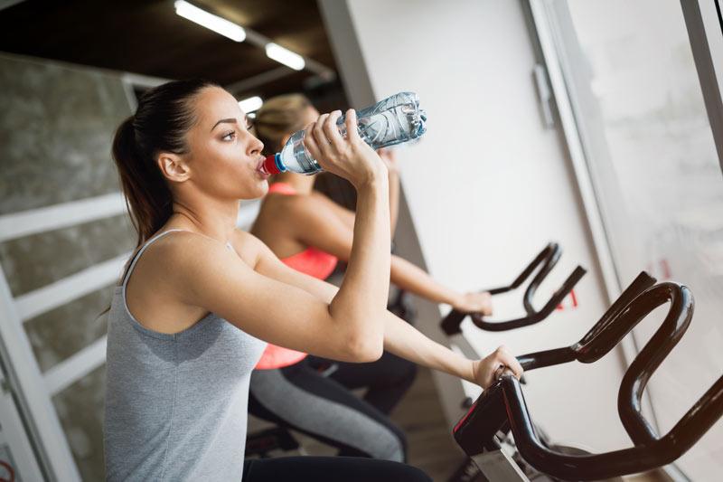 spinning en el embarazo mujer bebiendo agua