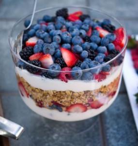 Desayuno parfait de yogurt, cereals y frutas