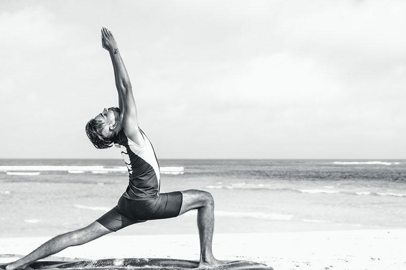 posturas de yoga para adelgazar hombre practicando yoga