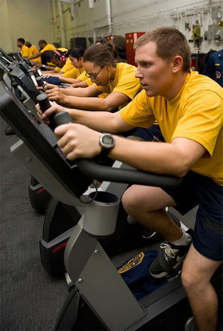 bicicleta-estatica-musculos-que-trabaja-grupo-entrenando-gimnasio