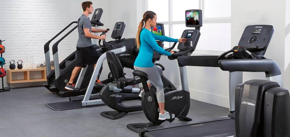 bicicleta-estatica-musculos-que-trabaja-mujer-entrenando
