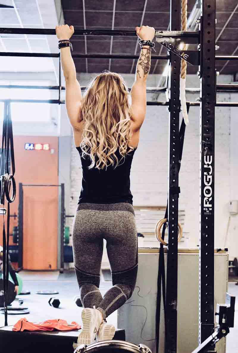 que-musculos-trabajan-las-dominadas-chica-dominada