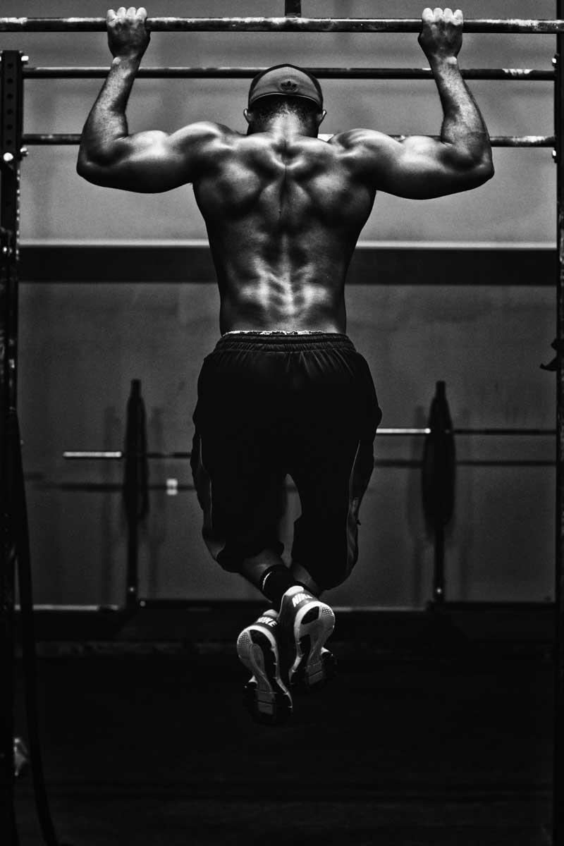 que-musculos-trabajan-las-dominadas-chico-dominada