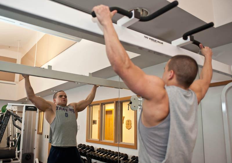que-musculos-trabajan-las-dominadas-chico-pull-up