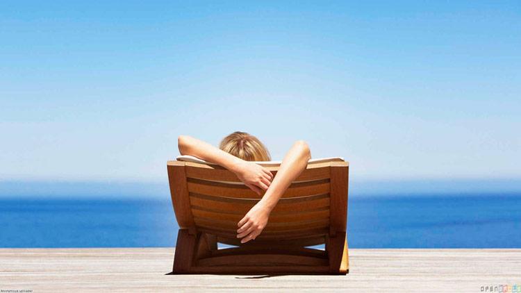 chica relajada tumbada al sol