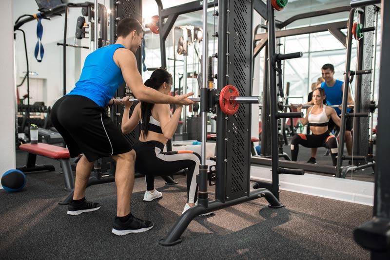 cómo empezar en el gimnasio sentadillas