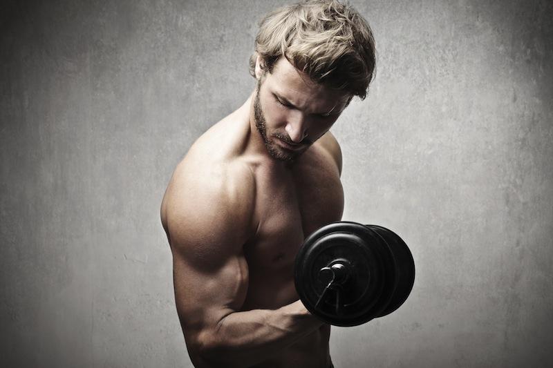 chico-levantando-pesa-curl-biceps