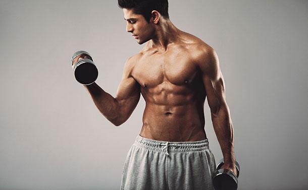 Chico construyendo músculo