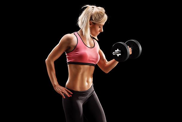 Chica entrenando y ganando músculo