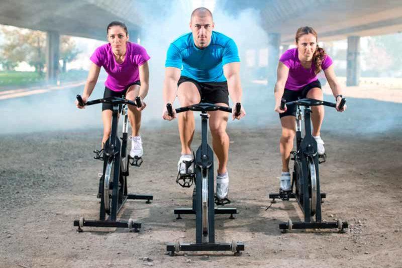 diferencia entre una bicicleta estática y una de spinning